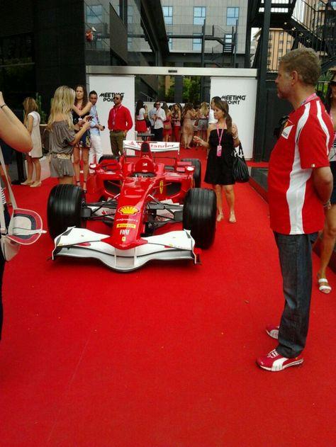 Formula 1 En Los Exteriores De La Terraza Lounge Bar Del
