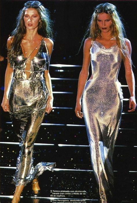Gisele Bündchen runway supermodel 1998 Versace fashion runway with other models