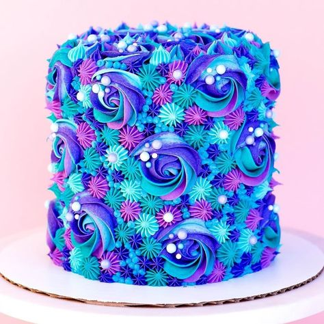 This bright and bold buttercream cake by is perfect for your next summer celebration! 💙 Using a variety tips like Pretty Cakes, Cute Cakes, Beautiful Cakes, Amazing Cakes, Wilton Cake Decorating, Buttercream Cake Decorating, Birthday Cake Decorating, Crazy Cakes, Fancy Cakes