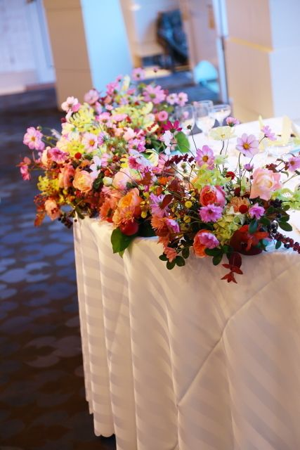 秋の装花 10月 如水会館様へ コスモスと秋の実のバスケットの卓上装花