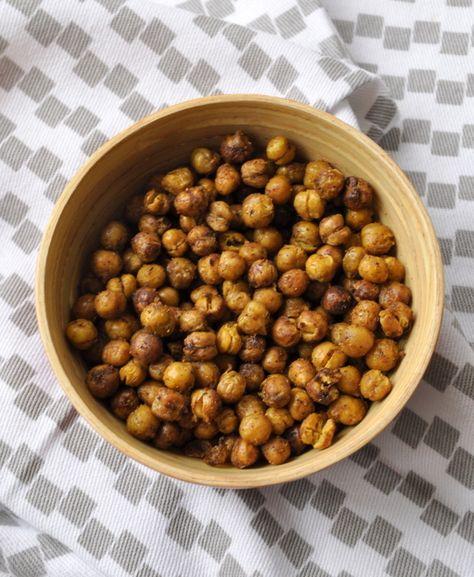 Pois chiches grillés aux epices Pour 4 à 6 personnes      1 boite de pois chiches (264 g, poids net égoutté)     2 cuil. à café d'un mélange d'épices (Jerk pour moi)     1 cuil. à café rase de fleur de sel     1 cuil. à soupe d'huile d'olive