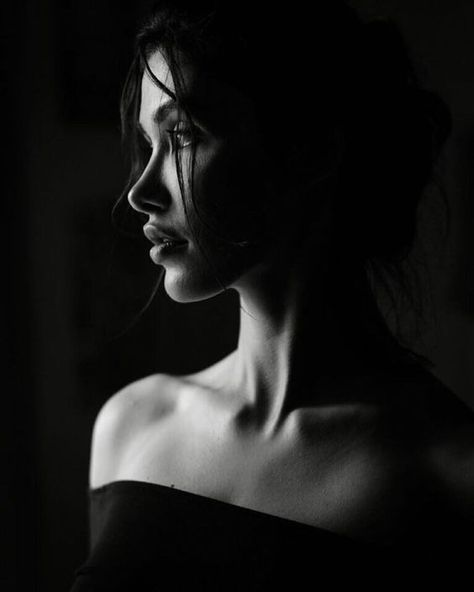 Studio Portrait Photography, Foto Portrait, Dark Portrait, Photographie Portrait Inspiration, Photography Poses Women, Studio Portraits, Female Portrait, Boudoir Photography, Creative Photography
