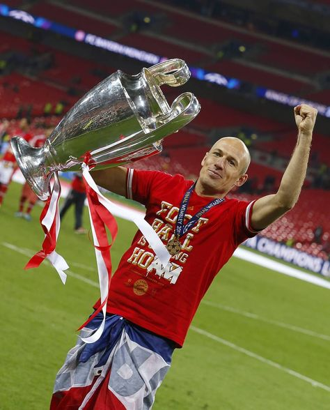 #MRWEMBLEY We will not be able to see Arjen in action in the Champions League for @fcbayern again. But what a legend he is! 🐐 Thank you,…