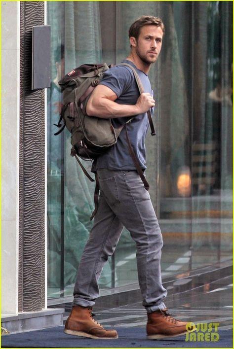 Den Look kaufen: https://lookastic.de/herrenmode/wie-kombinieren/t-shirt-mit-rundhalsausschnitt-blaues-jeans-graue-stiefel-braune-rucksack-olivgruener/356 — Olivgrüner Rucksack — Blaues T-Shirt mit Rundhalsausschnitt — Graue Jeans — Braune Lederstiefel