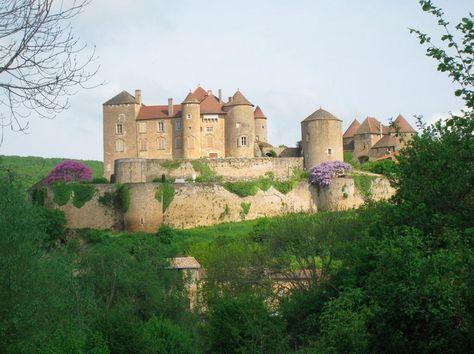 Situé en Bourgogne du Sud, entre Tournus et Cluny, le Château de Brancion, c'est un témoignage de plus de 2000 ans d'histoire.