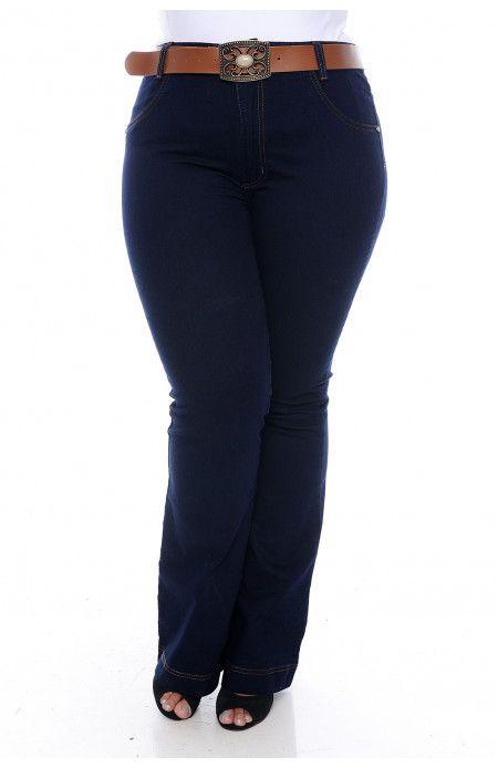60a7145d2 Calça flare plus size em jeans estonado em tom azul escuro com cinto. Tem  cintura