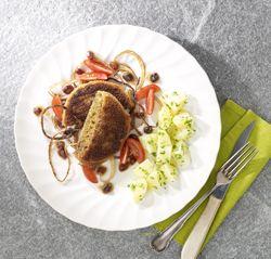 Kaasburger met gekaramelliseerde ui en peterselieaardappelen