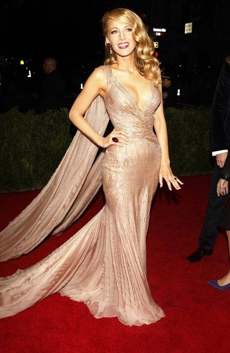 Blake Lively Met Gala and red carpet couture has often placed her on the best dressed list - here we take a peak at some of her best looks! Blake Lively Hair, Blake Lively Style, Blake Lively Fashion, Blake Lively Wedding, Serena Van Der Woodsen, Ryan Reynolds, Gwyneth Paltrow, Nike Zoom, Für Immer Adaline