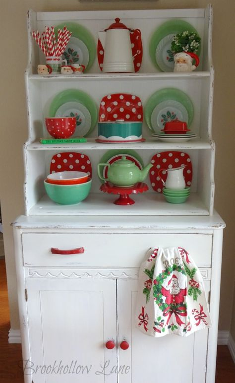 Brookhollow Lane: New Camera, New Friend and Newly Decorated Hutch Kitchen Queen, Red Kitchen, Vintage Kitchen, Kitchen Hutch, Retro Christmas Decorations, Vintage Christmas, Holiday Decor, Aqua Christmas, Pyrex Display