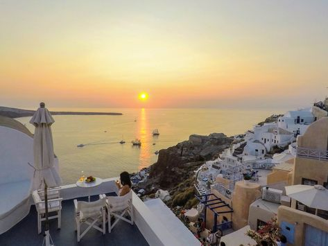 There is only one place in Oia where you can enjoy the sunset and Santorini's wine without crowds. Our Helios Cave House Terrace. #Santorini #Greece #santoriniparadise #santoriniexperience #housesinsantorini #traveling #travelgram #oiasunset #santorinisunset #honeymooners #staysafe