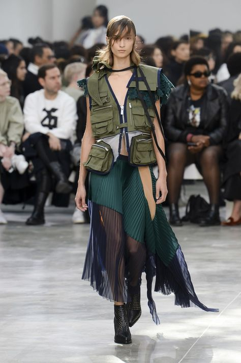 Sacai Spring 2019 Ready-to-Wear collection, runway looks, beauty, models, and reviews.