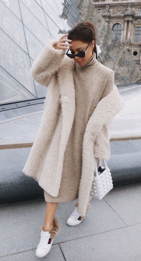 40 Outstanding Casual Outfits To Fall In Love With: Casual outfits for spring & fall to get inspired by! If you're looking for causal outfit inspiration, casual everyday outfits and fashion ideas, these 40 beautiful outfits by fashion bloggers will motivate you to look trendy in no time. | Image by ©️️ LornaLuxe / White teddy coat / #teddycoat #Casualeverydayoutfits #casualoutfits #outfitsinspiration #casualoutfitinspiration #fashionideas