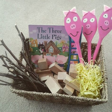 The Three Little Pigs story sack idea. Kindergarten Literacy, Early Literacy, Literacy Activities, Preschool Activities, 3 Little Pigs Activities, Reading Activities, Nursery Rhyme Activities, Nursery Rhyme Crafts, Preschool Family