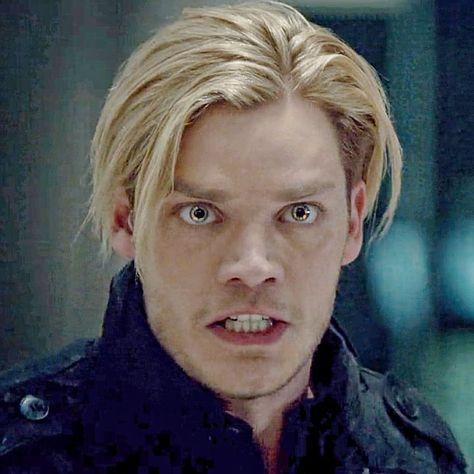Lembro quando eu comecei a ver a série a primeira vez q o Jace apareceu eu falei q ele era o Wesley safadão loiro 😂😂😂 pra mim era igualzinho, depois q ele cortou o cabelo, até o rosto