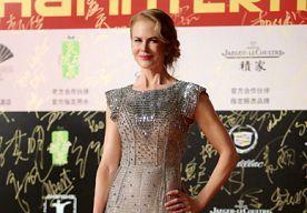 23-Jun-2014 13:53 - BEST DRESSED: NICOLE KIDMAN IN DOLCE & GABBANA. Nicole Kidman schitterde letterlijk op de rode loper in deze Dolce & Gabbana jurk tijdens het Shanghai International Film Festival. De jurk is een juweel op zich, dus veel sieraden had Nicole niet nodig. Met een retro-glamourous hair-do was haar look compleet.