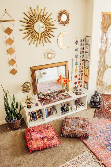 Cube shelves and floor cushions - Home Professional Decoration Meditation Raumdekor, Meditation Room Decor, Yoga Room Decor, Home Yoga Room, Zen Room, Yoga Bedroom, Yoga Rooms, Hippy Bedroom, Yoga Room Design