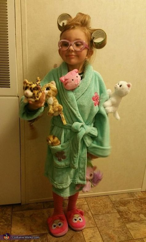 Stephanie: My 4 year old daughter Ava Grace dressed as the Crazy Cat Lady. She i… Stephanie: My 4 year old daughter Ava Grace dressed as the Crazy Cat Lady. She is an avid cat lover! We used a bathrobe and slippers we already had. We attached… Costume Halloween Maison, Halloween Costume Contest, Halloween Costumes For Kids, Halloween Party, Easy Diy Halloween Costumes For Women Last Minute, Christmas Costumes, Halloween Christmas, Diy Costume For Women, Halloween Kids Makeup