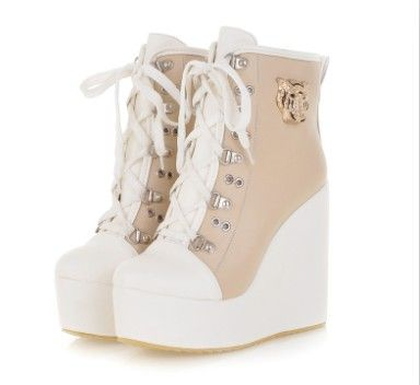 Beige Sneaker Wedge Source by storenvy fashion boots Sneaker High Heels, Converse Sneaker, Yeezy Sneakers, Sneakers Mode, Wedge Sneakers, Fancy Shoes, Pretty Shoes, Beautiful Shoes, Homecoming Outfits