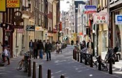 De Zeedijk In Amsterdam Bekend Om Zijn Authentieke Panden En Maakt