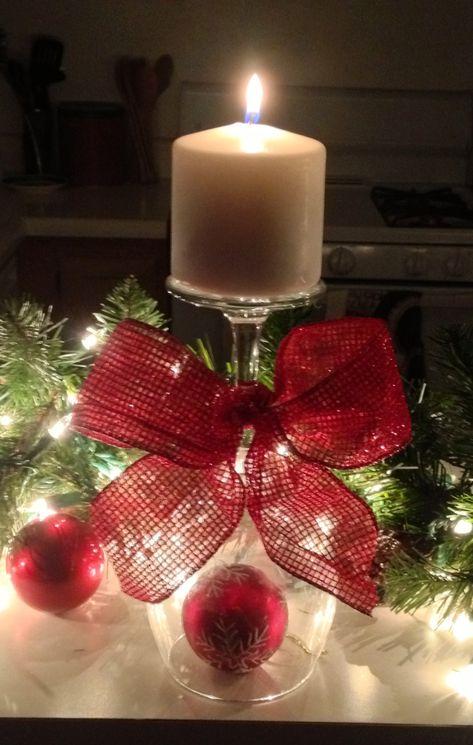 Vaso de vino invertido + bola de navidad + moño + vela + luces de navidad = centro de mesa navideño. #DecoracionNavidad