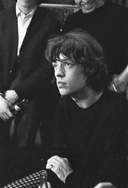 icons Mick Jagger vedouc zpvk s The Rolling Stones zde vidl zkulis po koncert Stones v Regal Cinema Cambridge jna 1965 Mick Jagger Rolling Stones, Los Rolling Stones, Like A Rolling Stone, Stevie Nicks, Stevie Ray, Freddie Mercury, Mick Jagger Young, Beautiful Boys, Beautiful People