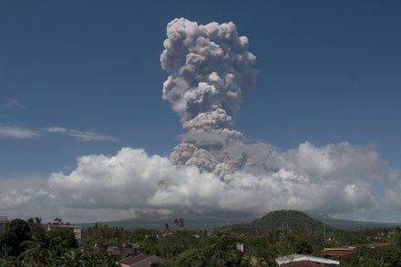 Philippines Raises Alert Level As Mayon Volcano Eruption Intensifies Volcano Active Volcano Philippines