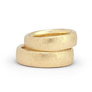 """Hochwertige Eheringe in 585 Gold """"eismatt"""" Ringform: außen abgerundet, innen leicht bombiert."""
