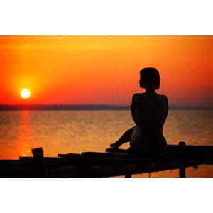 フリー写真 人物 女性 シルエット 人物 人と風景 朝日 朝焼け 海 サンセットビーチ 写真イラスト フリー 写真