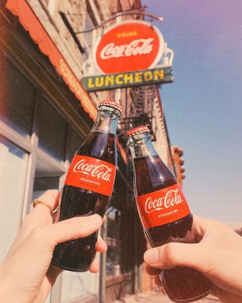 aesthetic photography Coca Co - 70s Aesthetic, Aesthetic Collage, Aesthetic Vintage, Aesthetic Photo, Aesthetic Pictures, Aesthetic Fashion, Vintage Coca Cola, Vintage Diner, Vintage Signs