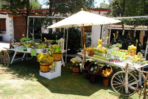 mira la decoración de la fruta en la parte inferior de las mesas. lindo y natural