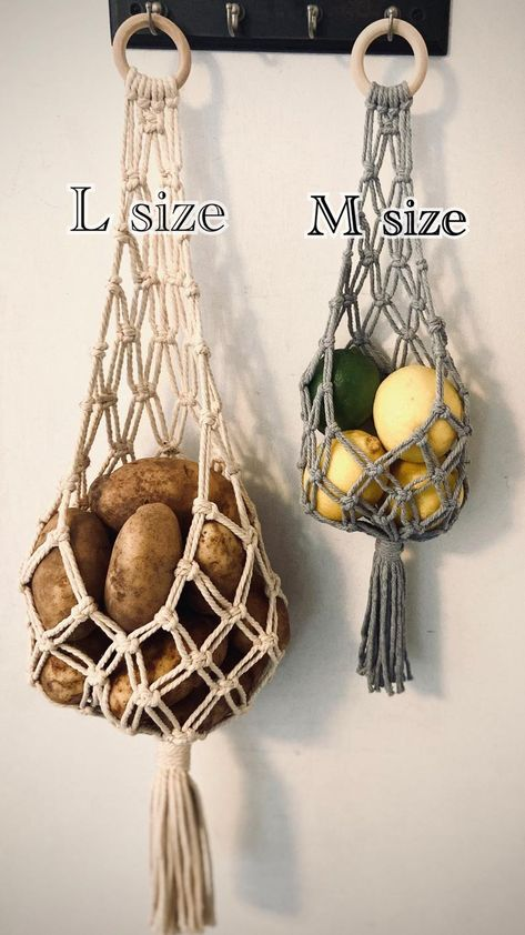 Macrame Plant Holder, Macrame Plant Hangers, Macrame Bag, Macrame Wall Hanging Patterns, Macrame Patterns, Diy Arts And Crafts, Diy Crafts, Macrame Design, Creation Couture