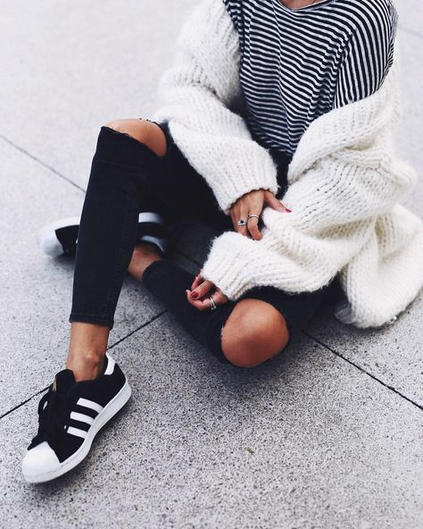 Minimalist chic - layers and Adidas sneakers   Outfits ...