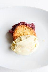 Leckeres Fior di Latte Eis, dazu samtig weiche Mandelhippen und würzige Portwein-Pflaumen. Ein tolles Herbstdessert!
