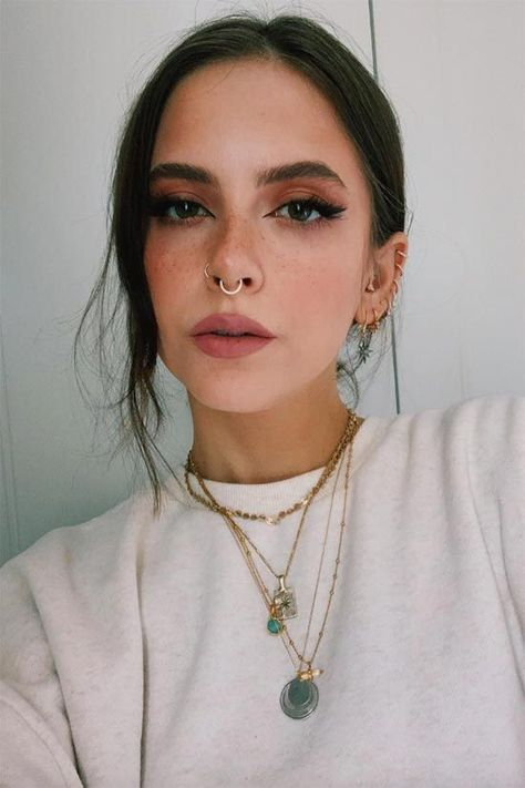 How to Fake Freckles with Makeup: Faux Freckles Tips - Glowsly  #makeup #beautytips #beauty #freckles