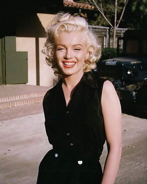 This Marilyn Monroe style moment is the epitome of old Hollywood glamour! This Marilyn Monroe style moment is the epitome of old Hollywood glamour! Old Hollywood Movies, Old Hollywood Glamour, Hollywood Fashion, Vintage Hollywood, Old Hollywood Style, Marilyn Monroe Outfits, Marilyn Monroe Makeup, Marylin Monroe Style, Marilyn Monroe Hairstyles