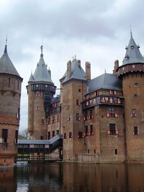 🏰 Netherlands: Castle De Haar, located in Utrecht, Near village of Haarzuilens. Current buildings are built upon the original castle, dated in the work of Dutch architect P. Cuypers, Neo-Gothic restoration funded by Rothschild family. Utrecht, Beautiful Castles, Beautiful Buildings, Beautiful Places, Chateau Medieval, Medieval Castle, Chateau Moyen Age, Honeymoon Vacations, Palaces