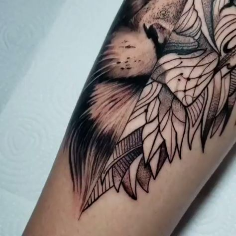 Tatuagem de leão com metade em realismo e outra metade tribal criada pelo tatuador Jacó.