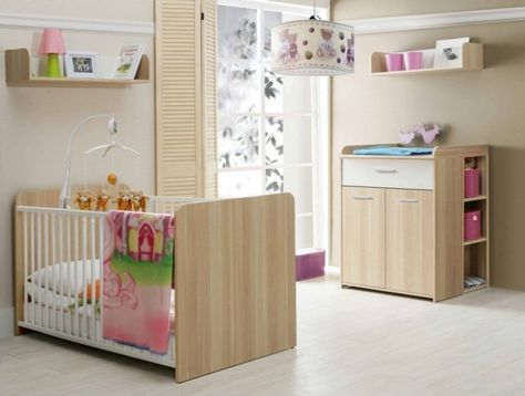 Charmant Aménagement Chambre Bébé Avec Un Lit Et Une Table à Langer En Bois Clair
