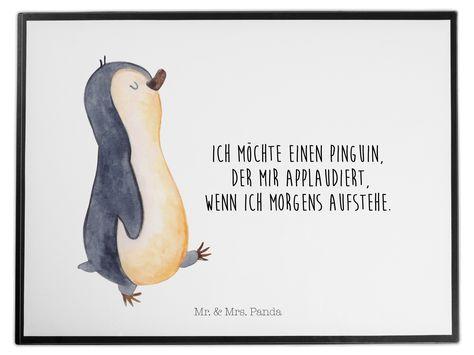 Schreibtischunterlage Pinguin marschierend aus Kunststoff  Schwarz - Das Original von Mr. & Mrs. Panda.  Die Schreibtischunterlage wird in Deutschland exklusiv für Mr. & Mrs. Panda gefertigt und ist aus hochwertigem Kunststoff hergestellt. Eine ganz tolle Besonderheit ist die einzigartige Einlegelasche an der Seite, mit der man das Motiv kinderleicht gegen andere Motive von Mr. & Mrs. Panda tauschen kann.    Über unser Motiv Pinguin marschierend      Verwendete Materialien  Wir verwenden ausschl