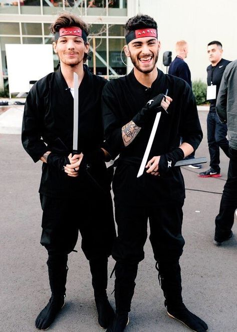 "ᴛɪɴᴀ on Twitter: ""louis and zayn dressed up as ninjas… "" One Direction Wallpaper, One Direction Pictures, One Direction Memes, I Love One Direction, Liam Payne, Niall E Harry, Zayn Mallik, 1d Day, X Factor"