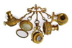 Precious object with four small telescopes pendant, mounted on a brass chatelaine, of various shapes and an eyeglass case with mother of pearl shell.This type of pendant Lunettes Breloques was in vogue in the early nineteenth century and was brought to the vest with some fassamani: it was the prevailing fashion for Incroyables (fops and dandies) who wanted to get noticed on the streets of Paris.