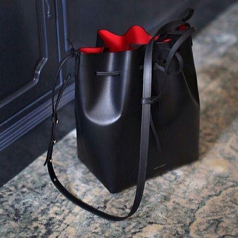 Magnifique sac seau de Mansur Gavriel, l'élégance à l'état pur avec Leasy Luxe www.leasyluxe.com #black #intense #leasyluxe