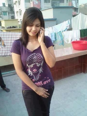 Dating In Delhi With Little woman On Phone