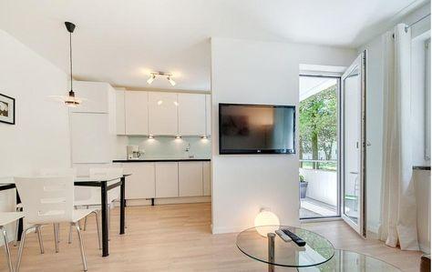 Heller Essbereich mit Küche in weiß und großen Fenstern, hellem - frisches wohnung design