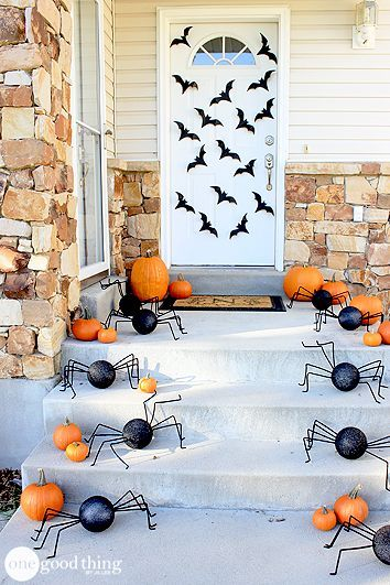 Spook Your Neighborhood With These Outdoor Halloween Decorations Puertas Decoradas Para Halloween Decoracion Halloween Decoracion De Halloween Casa