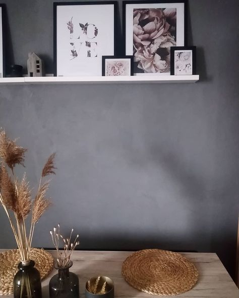 Hallo zum Mittwoch, habt einen schönen Wochenteiler 🖤  #schafstallliebe #germaninterior #home #homelove #livingroom #umbau #schwarz #schwarzweiss #homesweethome #deco #decor #decorationideas #schwarzistbuntgenug #germaninteriorblogger #wohnkonfetti #wohnklamotte #holzliebe #holz #holzdeko #bilderrahmen #bilderliebe #interior4all #germaninteriorbloggers #zeigthereurewo
