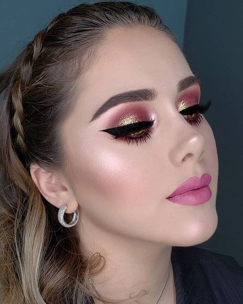Spring Makeup Looks You Need To Try In 2019; Spring Makeup; Makeup Looks; Spring Makeup Looks; Pink Eye Makeups; Color Eye Shadows; Long Eyelashes; Curl Eyelashes; Thick Eyelashes;