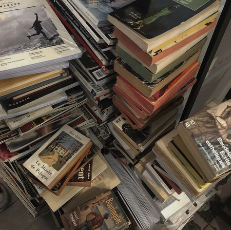 old books decor Book Aesthetic, Aesthetic Vintage, Aesthetic Photo, Aesthetic Pictures, Aesthetic Dark, Photowall Ideas, My Academia, Northern Italy, Dream Life