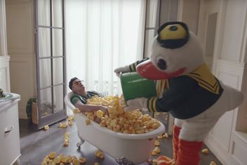 Marcus Mariota gets a rubber ducky bath from Puddles in the latest Nissan Heisman House commercial.