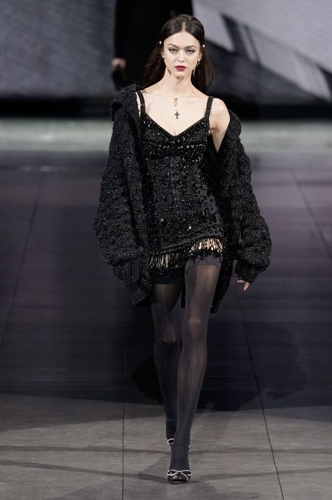 Dolce & Gabbana Fall 2020 Ready-to-Wear Fashion Show Collection: See the complete Dolce & Gabbana Fall 2020 Ready-to-Wear collection. Look 14 Dark Fashion, High Fashion, Fashion Show, Fashion Outfits, Fashion Design, Korean Fashion, Couture Fashion, Runway Fashion, Vogue Fashion